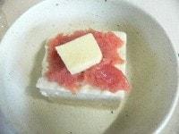 豆腐と明太子にバターをのせ温める