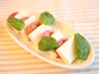 豆腐とトマトを並べる