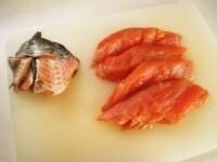 甘塩鮭の皮と骨を取る
