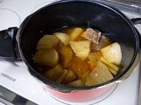 圧力が抜けたら蓋を開け、10分ほど煮汁に漬ける