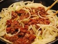 フライパンでたまねぎと牛肉を炒める