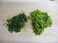 青唐辛子と大葉を細かく切る