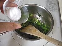 酒、砂糖を加え、泡だったら、味噌を加え弱火で練る