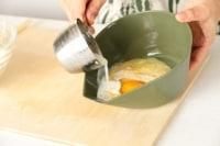 クリームコーン、卵、牛乳を入れて、よく混ぜる。