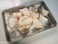たらを切り下味をつけ薄力粉をまぶす