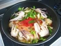 調味スープの材料、たら、かに、セロリを加え20分煮る