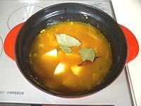 水、コンソメ、じゃがいも、ローリエを加え、中火で15分煮る
