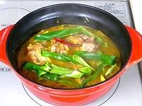 鶏肉とピーマンを加え5分煮る。塩、こしょうで味を調える。