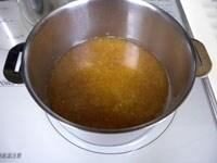 鍋にだしと調味料を入れ、煮立たせてから味噌を加える