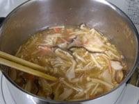 蟹の缶詰と生姜の絞り汁を加える