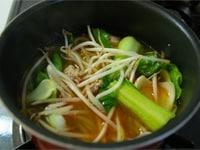 豆腐と野菜を入れる