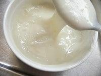 牛乳を足して混ぜ、バターを混ぜ、水でのばす