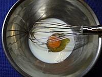 卵と牛乳を混ぜる