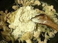 残りのバターを加え、小麦粉を振り入れて炒める