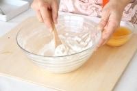 強力粉と薄力粉を入れ、よく混ぜる