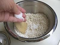 麹と塩を良く混ぜ合わせる