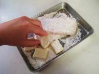 カレイと高野豆腐に片栗粉をまぶす