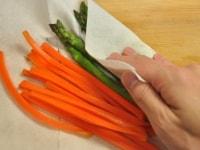 野菜の水気をふき取る