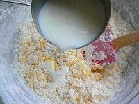 牛乳と粉類を2回に分けて交互に混ぜる