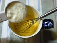 ヨーグルト、蜂蜜を加える