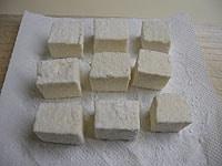 豆腐の水気を切り、片栗粉をまぶす