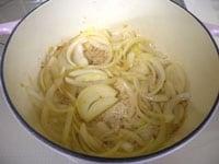 玉ねぎのうす切りを炒める