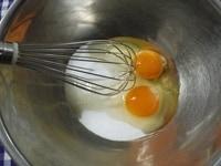 卵とグラニュー糖を混ぜる