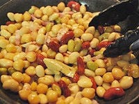 水気をよく切った豆をフライパンに加える