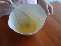 バターと卵を混ぜる