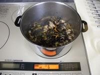 ひじき、調味料を加え中火で煮る