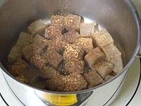 火にかけ煮汁が少しになったら粉がつおを加える