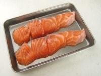 鮭に下味をつける