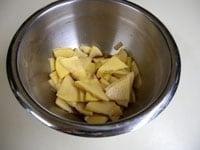 たけのこを薄く切り、下味を漬ける
