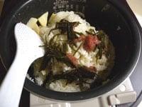 千切りの昆布と梅干を加え、混ぜ合わせる