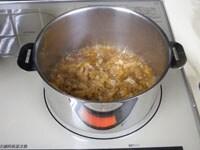 砂糖と醤油を加え、油揚げを煮る