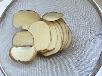 じゃが芋を薄く切ってサッと洗う