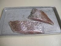 鯛の切り身に塩を軽く振る