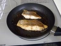 バターで鯛の両面を焼く