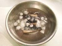 かつおを氷水でしめる