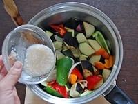 野菜と塩麹を加える