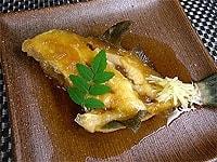 器の盛り付け、煮汁と木の芽や針生姜をそえる