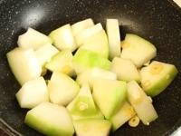 冬瓜を炒める