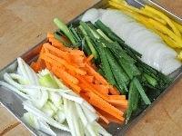 材料の野菜を切る