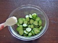 きゅうりの塩もみを作る