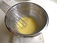 卵と砂糖をよくすり合わせる