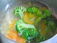 マカロニと野菜をゆでる