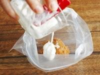 材料を混ぜ合わせて味噌ヨーグルト床を作る