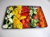 野菜類をひとくちサイズの乱切りにする