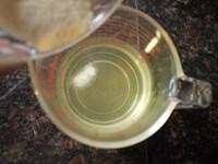 レモンソーダに粉ゼラチン、グラニュー糖、レモン果汁を加える