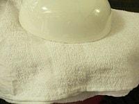 タオルをかぶせて丼で重しをする